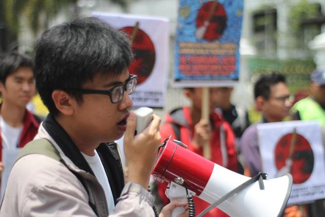 Aksi menolak korupsi oleh Aliansi Masyarakat Sipil Bandung di depan Gedung Sate, 16 Februari. MP/ Adytio Nugroho
