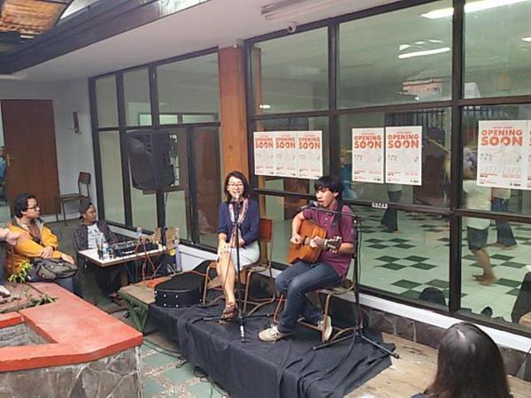 Penampilan Banda Neira dalam acara pembukaan Co-op Space KKBM Unpar, 23 Februari. (Dok. Sorgemagz)
