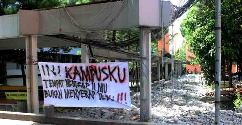 Spanduk dari aksi damai yang dilakukan di depan koridor hukum pada Rabu (29/04). MP/ Charlie Albajili