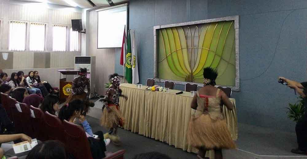 Tarian khas suku adat Kamoro dalam acara ??? di ruangan audio visual Fisip Unpar, Rabu (22/4). MP/ Kristianan Devina