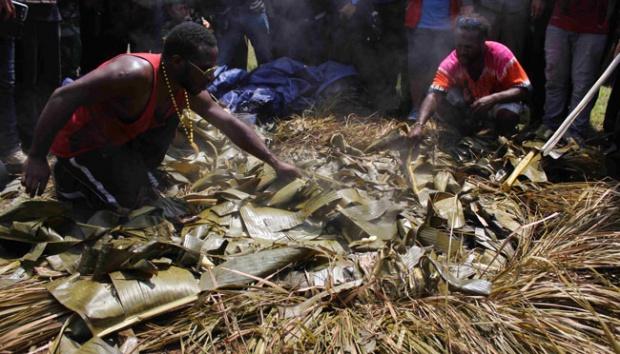 Mahasiswa Papua menggelar acara peringatan membuka umbi-umbian untuk menciptakan suasana damai antar warga Papua. Sumber: nasional.tempo.co