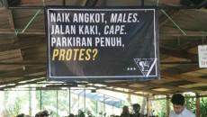 "Spanduk untuk mengampanyekan ""Ke Kampus Jalan Kaki"". . MP/Gilang Rachman"