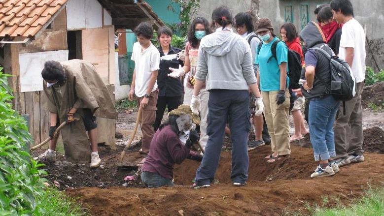 Kegiatan Bakti Desa di Desa Kertasari, Garut, 2009.dok/PM Unpar