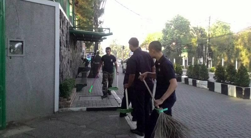 Kegiatan kerja bakti yang dilaksanakan oleh Satuan Pengamanan dan bantuan LKM pada Jumat (4/9) di depan halaman Unpar. Dok. MP/Kristiana Devina