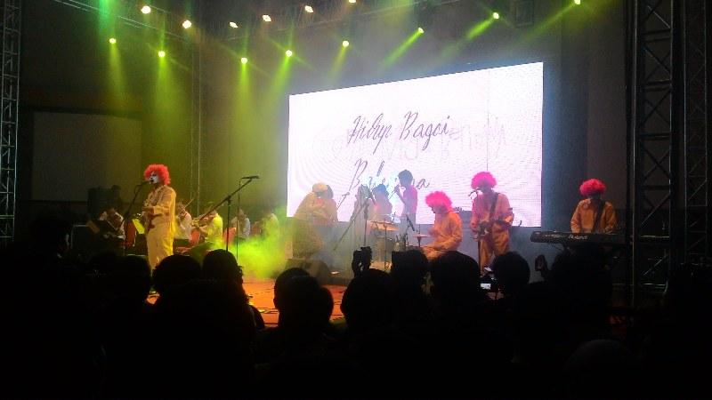 """Suasana Konser Efek Rumah Kaca yang bertajuk """"Pasar Bisa Dikonserkan"""" diadakan di Balai Sartika, Bikasoga, Bandung pada Jumat (18/9). MP/Zico Sitorus."""