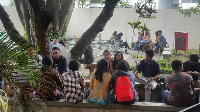Suasana Kampus Saat Hari Batik Nasional - Gabriella Graciastella