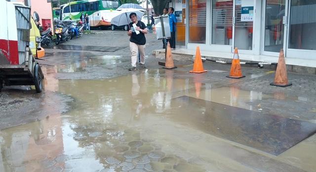 Suasana Unpar bertempat di depan Bank BNI yang becek akibat hujan/dok. Arya Mahakurnia