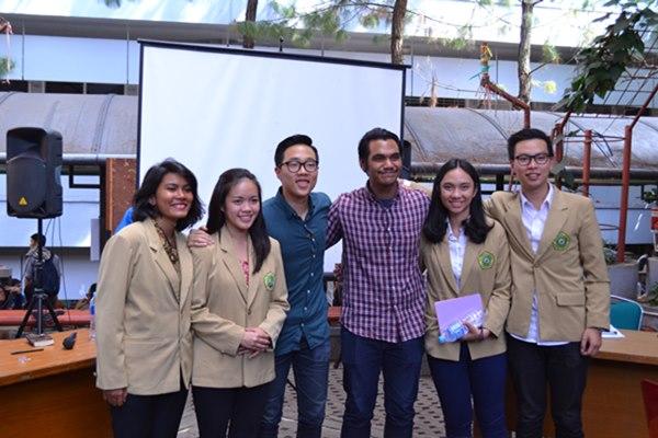 Kedua Kandidat berfoto bersama Stephen Ang dan Gema Satrio (TI 2013), Presma dan Wapresma periode 2015/2016. Capresma akan mengunjungi Fakultas Filsafat untuk orasi dan debat pada Senin (25/04). Dok. MP/Arya Mahakurnia