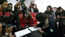 "Penandatangan deklarasi 'Pernyataan Bandung"" oleh para aktivis. Pendeklarasian Pernyataan Bandung dilaksanakan di Gedung Indonesia Menggugat pada Selasa (17/4)/dok. Fiqih Rizkita"