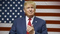 Kandidat calon presiden partai republik, Donald Trump berbicara kepada pendukungnya sembari naik ke panggung untuk kampanye di Dallas, Senin, 14 September 2015. Dok/AP Photo/LM Otero