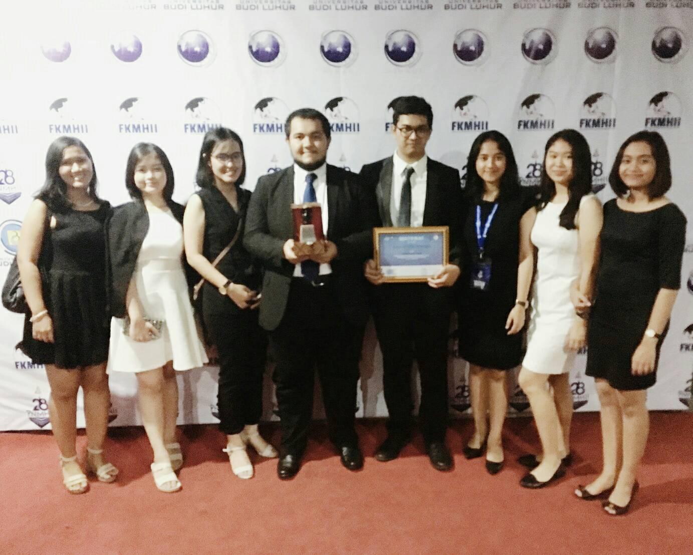 Delegasi UNPAR meraih penghargaan Best Paper pada Pertemuan Nasional Mahasiswa Hubungan Internasional Indonesia (PNMHII)  XXVII yang diselenggarakan di Universitas Budi Luhur, Jakarta, 8-12 November 2016. Dok/ Peserta