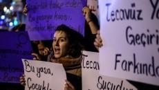 """Seorang wanita yang berdemonstrasi di Istanbul memegang poster yang bertuliskan """"pemerkosaan adalah kejahatan bagi kemanusiaan"""". Dok/AFP."""