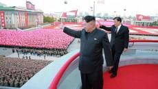 Pemimpin Korut, Kim Jong Un (kiri) dan pejabat senior PartaI Komunis Cina, Liu Yunshan saat peringatan 70 tahun berdirinya Partai Pekerja di Pyongyang (Ibu Kota Korut), 12 Oktober 2015. Dok/ REUTERS/KCNA