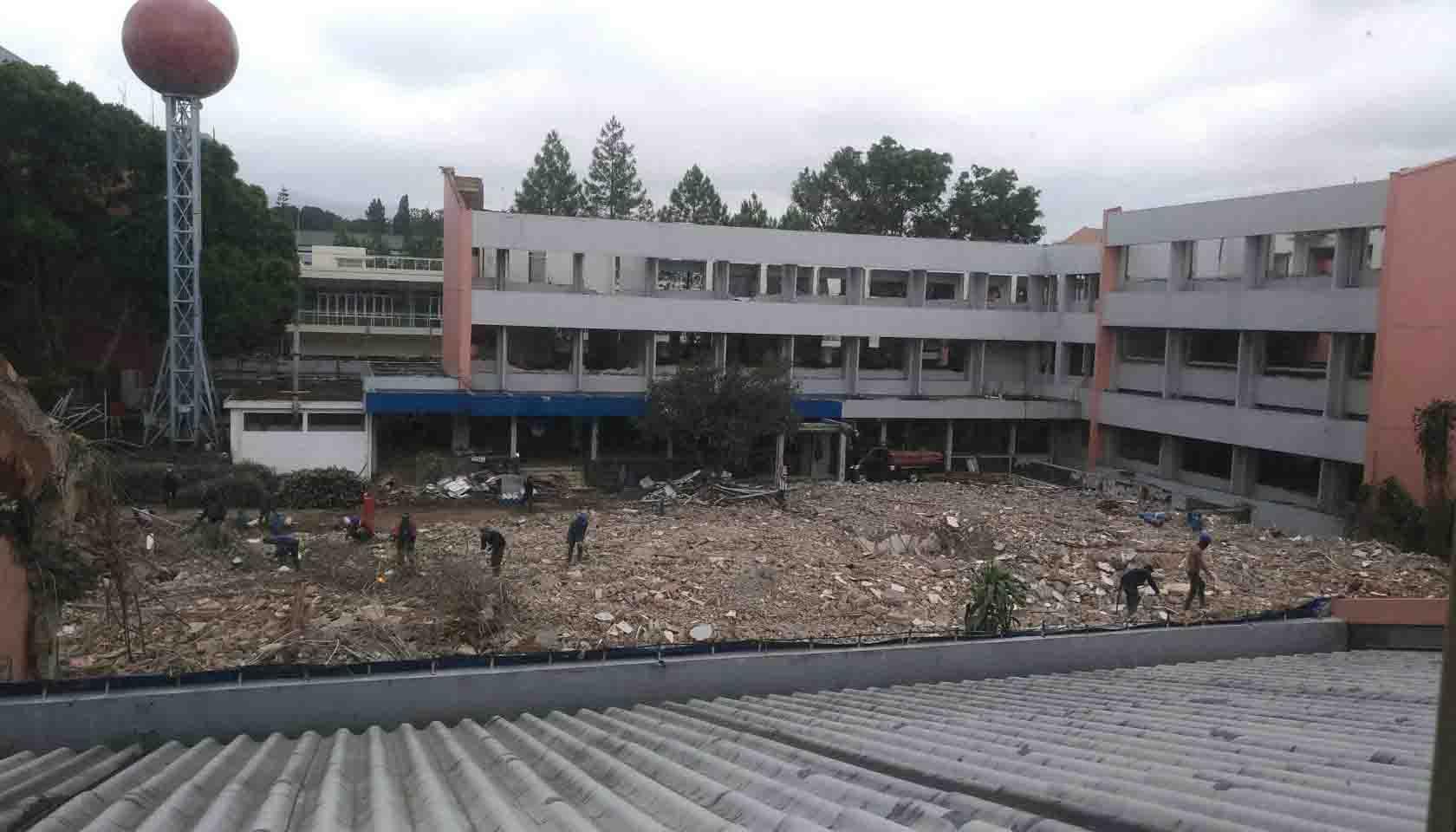 Proses Pembangunan PPAG, Puing-puing berserakan di depan Gedung 5 yang berhadapan langsung dengan Gedung 4 yang baru dirubuhkan. Dok/MP