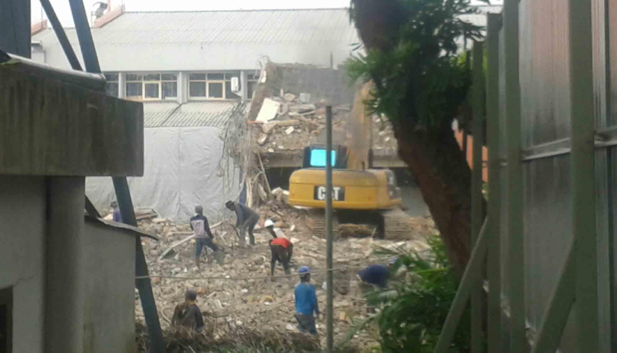 Perubuhan Gedung 4 oleh excavator pada Selasa (14/2) lalu. Dok/MP