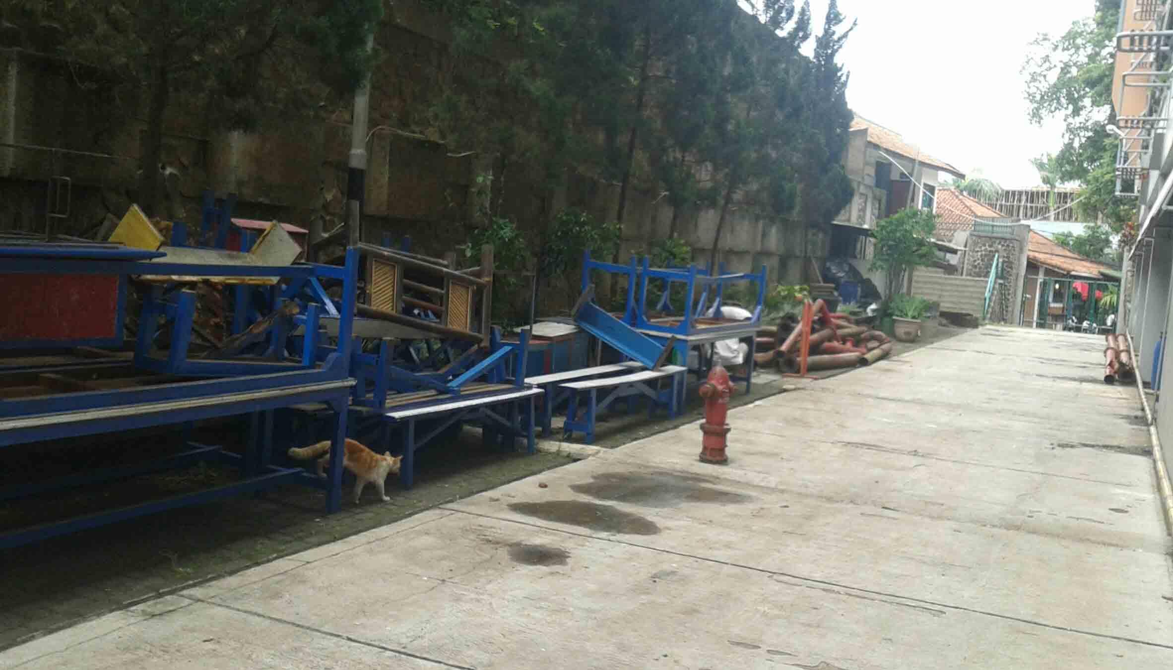 Tumpukan Kursi dan meja mengisi space kosong bekas parkiran motor SB Ekonomi. Lokasi baru Kansip nantinya berdekatan dengan sekretariat Bela Negara. Dok/ MP