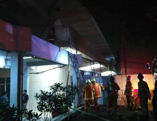 Kebakaran PPAG Unpar pada Selasa (21/3). Sejumlah pemadam kebakaran berusaha memadamkan api dengan naik tangga. Dok/ MP.