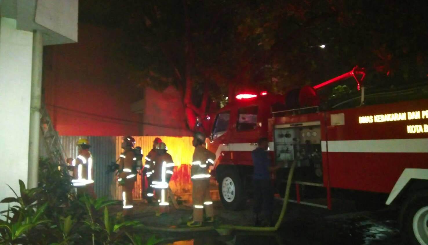 Sejumlah regu pemadam kebakaran tengah bertugas memadamkan api. Dok/MP