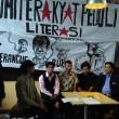 Komite Rakyat Peduli Literas (KRPL) Universitas Telkom Bandung memprotes sanksi skorsing yang dijatuhkan Rektorat terhadap tiga mahasiswanya karena dituduh menyebarkan paham Komunisme melalui buku kiri di Bandung. Dok/ Kbr.id