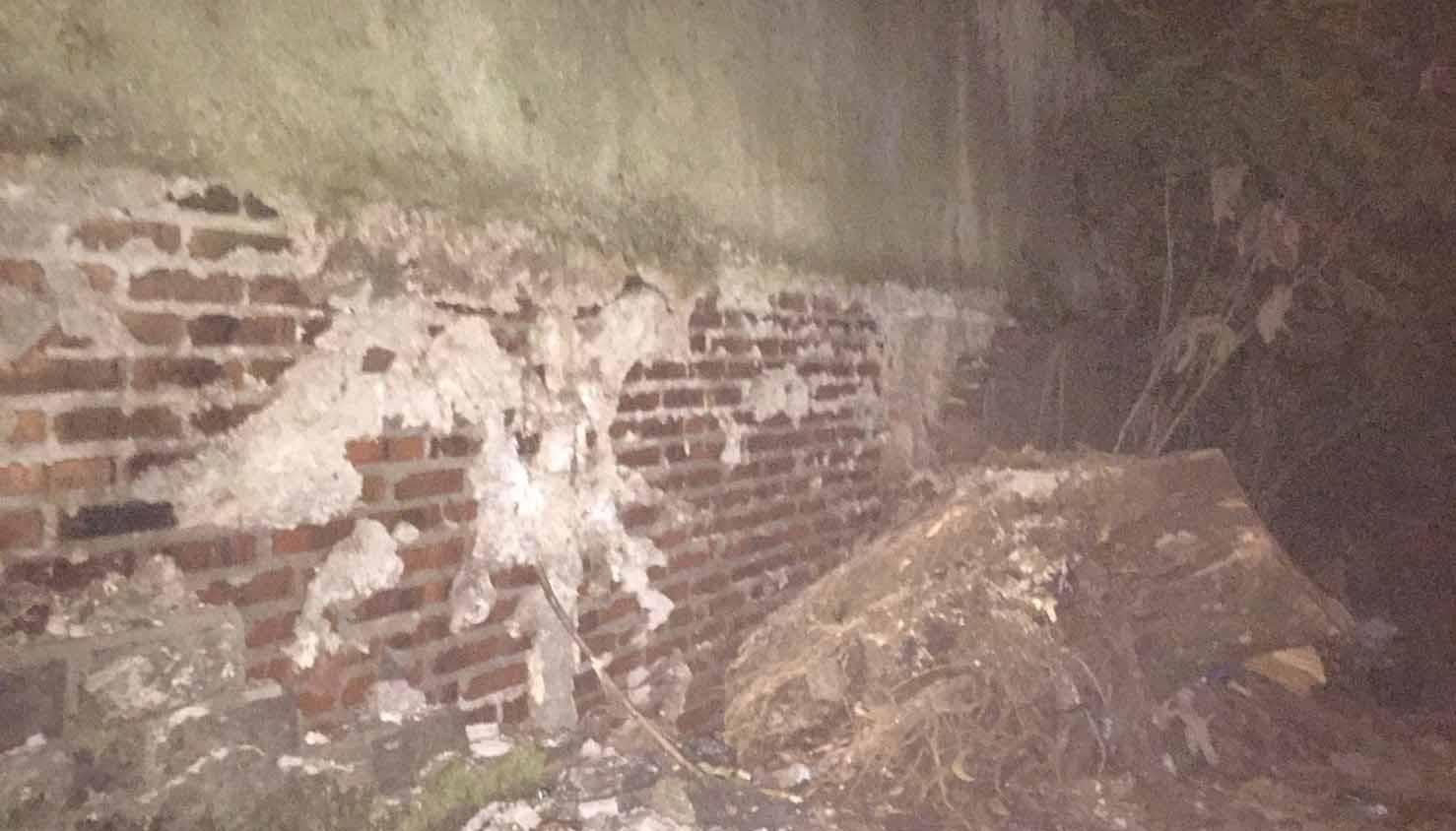 Kerusakan pada tembok dekat stupa akibat rambatan akar pohon. Dok/MP