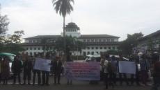 Sejumlah mahasiswa gelar Aksi women's March di depan gedung sate. Dok/MP