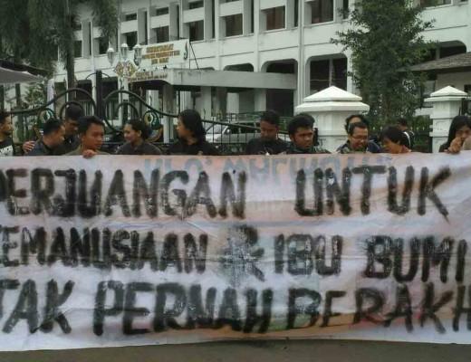 Spanduk aksi solidaritas untuk petani Kendeng dan alm. Ibu Patmi selaku peserta aksi di depan Istana Negara yang meninggal pada Selasa, 21 Maret 2017 lalu. Dok/MP