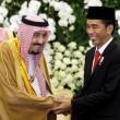 Raja Salman (Kiri) dan Jokowi (Kanan) bersalaman. Dok/okezone.