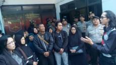 Warga Kebon Jeruk meminta perlindungan pada Polres Bandung menanggapi sikap PT KAI yang tetap akan menggusur mereka pada Kamis 13 Juli 2017 lalu. Dok/Sindonews