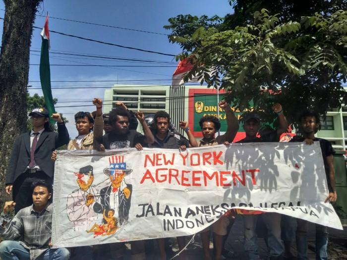 Aksi  Front Persatuan Rakyat dan Mahasiswa Anti Militerisme pada 15 Agustus 2017 di depan Dinas Sejarah Kota Bandung. Dok/MP