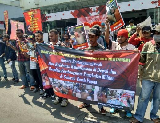 Aksi Front Persatuan Rakyat Dan Mahasiswa Anti Militerisme Menuntut Penyeleseaian Kejahatan Kemanusaan Deiyai dan Militerisme di Papua. Dok/ MP