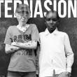 Salah seorang orang Albino Afrika berpose dengan orang Afrika. Dok/ Claudio Simunno Mercury Press.