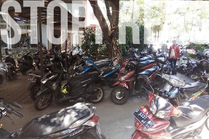 Suasana Parkiran Hukum Unpar