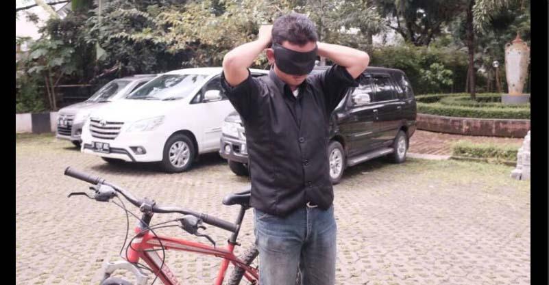 Ketua Himpunan Jurusan Filsafat Lakukan Aksi Naik Sepeda Sambil Tutup Mata