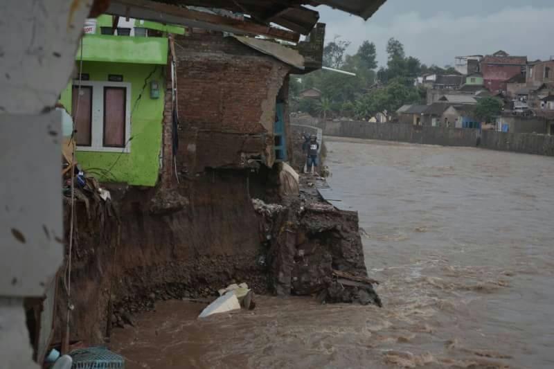 PM UNPAR Bantu 52 Kepala Keluarga Korban Banjir Garut