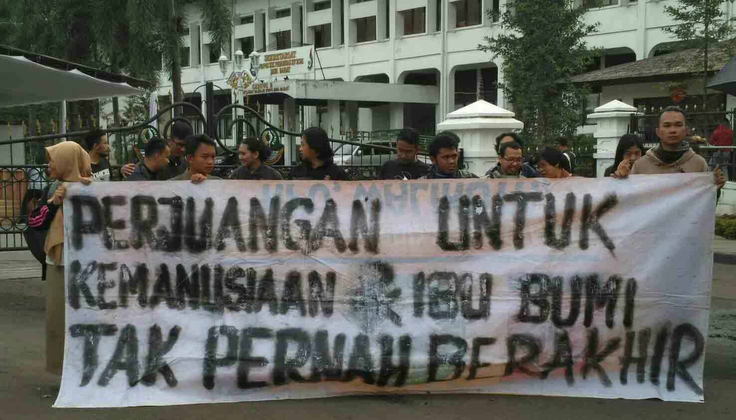 Foto : Aksi Kamisan Bandung dan Solidaritas untuk Perjuangan Petani Kendeng