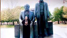 Nur Indro berpose di depan patung Karl Marx dan Friedrich Engels di Berlin. dok./Warta Himahi