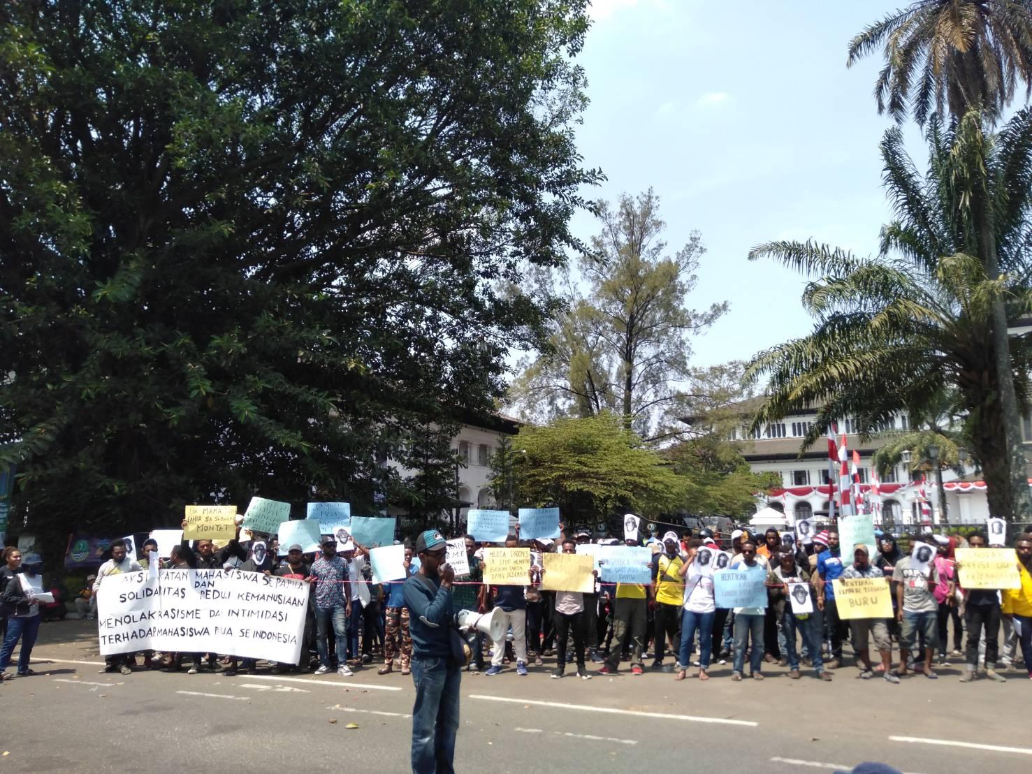 """Aksi Solidaritas Imasepa Bandung: """"Izinkan Kami Hidup Bebas di Hutan Kami"""""""